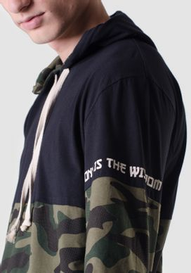 Camiseta-Manga-Longa-Com-Capuz-Recortes-Camuflado