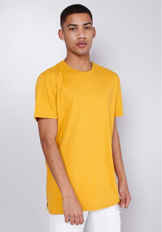 34930010-camiseta-basica-masculina-alongada-mostarda-gang-01